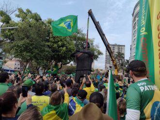 Apoiadores ouviram o hino nacional ao redor da estátua de ferro (Foto: Luciano Breikreitz/ON)