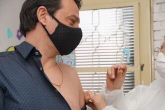 A vacinação ocorre em 17 unidades de saúde (Foto: Michel Sanderi/Divulgação PMPF)