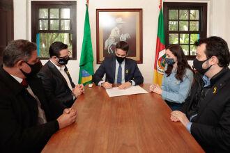 Governador Leite assinou sanção ao lado da deputada Franciane Bayer, autora do projeto (Foto: Itamar Aguiar/Palácio Piratini)