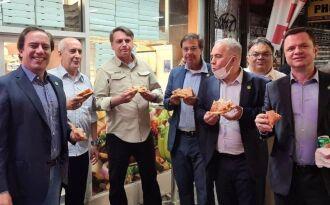 Pizza na rua: Pedro Guimarães (primeiro na foto) acompanha Bolsonaro em NY – Reprodução-Instagram