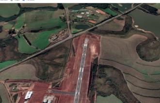 Imagem de satélite: cabeceira 27 e parte da zona de proteção do aeródromo - Reprodução - Google Earth
