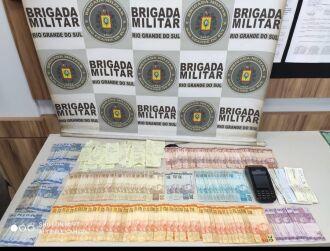 Dinheiro e materiais foram apreendidos (Foto: Divulgação/Brigada Militar)