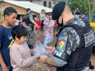 Presentes foram entregues nos bairros da cidade (Fotos: Divulgação/Brigada Militar)