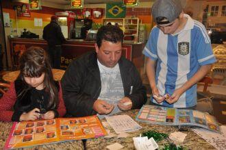Leandro Alves de Oliveira, 38 anos,acompanha a filha e o afilhado na busca pelas figurinhas