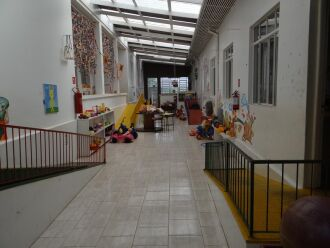 Enquanto permanecem no local, crianças realizam atividades recreativas