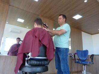 Evandro herdou a profissão do pai: é cabeleireiro e barbeiro desde os 12 anos