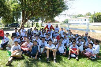 Na quinta-feira (15), os adolescentes atendidos pelo programa Bombeiro Mirim comemoraram o Natal