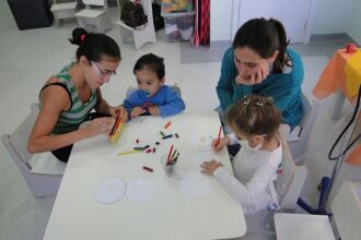 Crianças entregaram porta-retratos para as mães