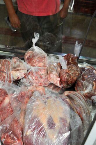 ?EURoeNão pode mais manipular a carne. O frango só vai poder ser comprado inteiro ou por partes já separadas pela indústria. Não pode mais descongelar para poder temperar ou vender em pedaços?EUR?, diz a coordenadora de Vigilância em Saúde do muni