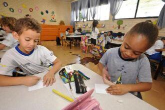 O PNE determina que todas as crianças de 4 a 5 anos deveriam estar matriculadas na escola até 2016