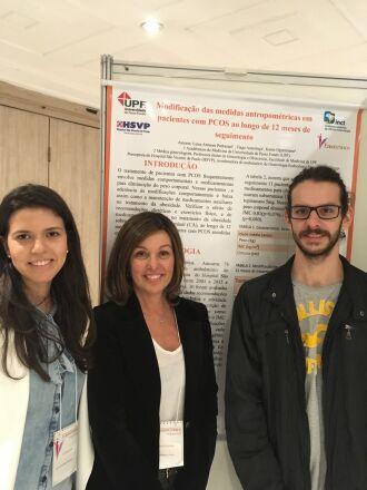 Dra. Karen Lisbôa entre os alunos Luísa Pedrazani e Tiago Azambuja