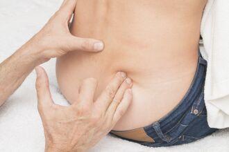 O tratamento inicial pode ser realizado com medicação, repouso e fisioterapia