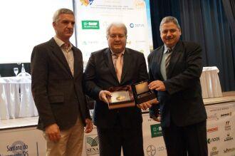 O presidente da Cotrijal, Nei César Mânica, recebeu placa em nome da cooperativa durante evento do setor sementeiro, nesta segunda, em Santana do Livramento