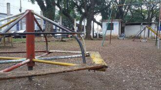 Nos bairros Vera Cruz e São Cristóvão, moradores contam quem aguardam a revitalização das praças há anos