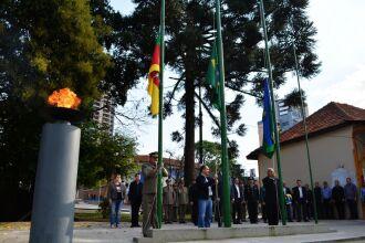 O fogo simbólico foi aceso pelo secretário de Cultura de Passo Fundo Pedro Almeida. O ato abriu a cerimônia cívica.
