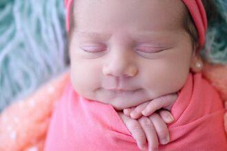 Se retirar do berço e embalar o bebê com maior frequência, ele não dormirá a noite toda por querer o aconchego materno