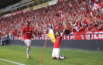Carlos marcou o terceiro gol para o Inter faltando oito minutos para o fim do jogo