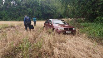 Aproximadamente 300 metros da casa havia um veículo atolado, que pode ter sido utilizado pelos assaltantes