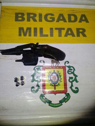 O revólver calibre 38 e as munições foram apreendidos