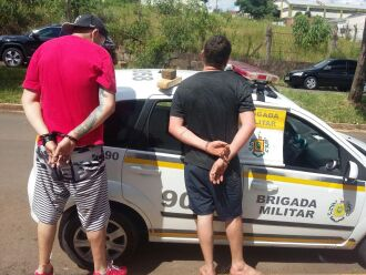 Dois tijolos de maconha foram apreendidos com os suspeitos