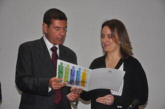 Presidente do Tribunal de Justiça do Estado, desembargador Carlos Eduardo Zietlow Duro entrega à diretora do fórum, Rossana Gelain, documento de instalação da VEC Regional