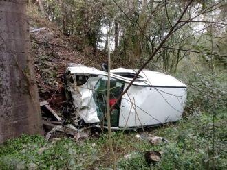 Veículo ficou completamente destruído com a queda