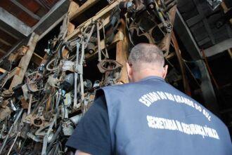 Cerca de 30 toneladas foram recolhidas em desmanche interditado no bairro Nene Graeff Crédito: