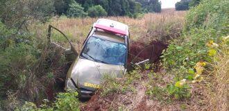 Viatura da polícia caiu em valeta durante fuga e sargento teve membro inferior fraturado