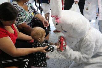 Em um momento descontraído, as crianças se divertiram e festejaram com a chegada do Coelhinho