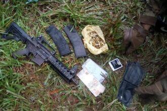 Segundo a Polícia, armamento foi encontrado com homem morto na manhã de domingo