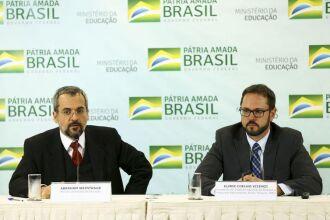 O ministro da Educação, Abraham Weintraub, e o presidente do INEP, Elmer Coelho Vicenzi, durante entrevista coletiva sobre o Sistema de Avaliação da Educação Básica