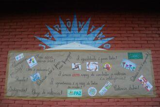 Na semana seguinte à agressão alunos confeccionaram um cartaz contra a violência na escola Crédito: