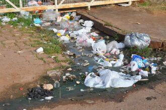 Esgoto e lixo do condomínio, na Vila Donária