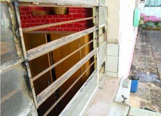 Barras de ferro foram colocadas na janela por onde entraram os assaltantes