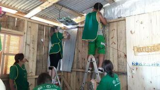 Com a chegada do frio, equipe de voluntários tem revestido uma média de três casas por semana