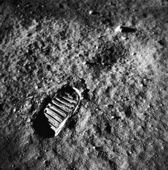 Com o pé esquerdo, o astronauta Neil Armstrong pisou em solo lunar pela primeira vez