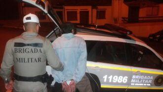 Homem foi acusado de bater na esposa e no filho