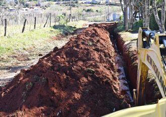 município faz canalização das ruas, antes de iniciar o asfalto