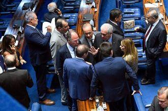 A regra que acabava com as restrições de trabalho aos domingo gerou polêmica e, após acordo anunciado pelo senador Otto Alencar (terno cinza escuro), foi retirada do texto por Davi Alcolumbre, por não ter relação com o tema inicial da MP