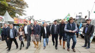 Vice Ranolfo, acompanhado do secretário Covatti e dos secretários Irigaray e Otomar, percorre parque de Esteio