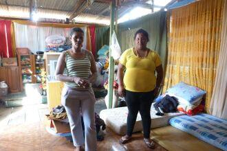 Limpeza dos escombros e recolhimento de doações são as principais atividades do cotidiano alterado das famílias