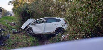 Carro invadiu a pista e colidiu frontalmente contra caminhonete