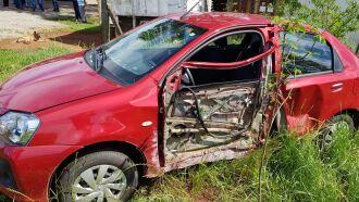 Veículo Toyota Etios foi roubado na rua Livramento e colidiu em Poste na Avenida Brasil Oeste. Dona do carro recuperou os documentos e acionou o seguro