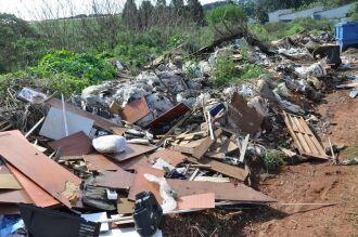 Acúmulo de lixo se estende por aproximadamente 100 metros da estrada municipal