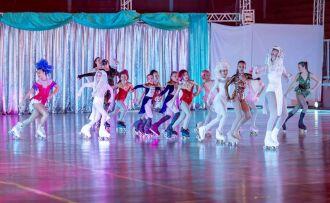No elenco, participam 170 patinadoras entre 4 e 42 anos, alunas da escola nas cidades de Passo Fundo, Carazinho e Marau