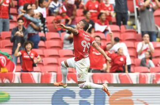 Potkker marcou os gols da vitória