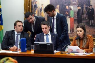 Caroline de Toni lê seu parecer ao lado do autor, Alex Manente (C), e do presidente da CCJ