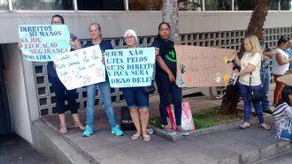 Moradores da ocupação 4 protestaram em frente ao Fórum com cartazes, na terça-feira, durante audiência