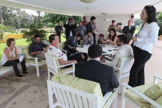 presidente da República, Jair Bolsonaro, conversa com a imprensa no Palácio da Alvorada