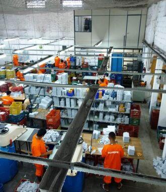 Detentos são responsáveis pela fabricação de calçados, luvas e equipamentos de proteção individual (EPI)